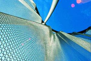 Der Schmuckglashersteller hinterm leuchtenden Metallvorhang, die Fahrradständer erlauben der anreisenden Belegschaft den letzten, kontrollierenden Blick auf Kleidung und Frisur
