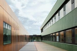 Der Entwurf setzt sich aus zwei Teilen zusammen: Der Aufstockung der alten Hallen für neue Büronutzungen und dem Neubau der Werkshalle. Es gibt einen klaren Schnitt zwischen den beiden Bereichen, aber über das Fassadenmaterial, glänzendes Kupfer auf der einen, oxidiertes Kuper auf der anderen Seite, stehen die Gebäude im Bezug zueinander<br /><br />