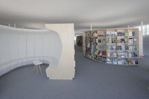 Die Bibliothek mit 500000 gedruckten Werken beherbergt eine der größten wissenschaftlichen Sammlungen Europas. Die hochmoderne Multimedia-Bibliothek mit modernen Ausleihgeräten und aktuellsten Systemen für die bibliografische Suche bietet Zugriff auf 10.000 Online-Zeitungen und 17.000 E-Books<br />