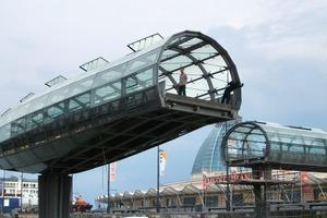 Die Öffnung der Brücke ist nicht nur eine Zuschauerattraktion, sondern ist in gewissen Abständen auch ohne Schiffspassage notwendig, um die Beweglichkeit zu erhalten und zu verhindern, dass sich die Kugeldrehverbindung festsetzt<br />