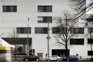 """<div class=""""10.6 Bildunterschrift"""">Das Gebäude besteht aus zwei Quadern, die auf vielfältige Weise zurückspringen und sich räumlich mit dem Stadtraum verschränken</div>"""