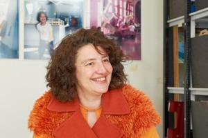 """<div class=""""fliesstext_vita""""><strong>Susanne Hofmann, </strong></div><div class=""""fliesstext_vita"""">Dipl.- Architektin BDA </div><div class=""""fliesstext_vita""""></div><div class=""""fliesstext_vita"""">1963geboren</div><div class=""""fliesstext_vita"""">1988-1992AA School of Architecture, London/GB, AA Diplom</div><div class=""""fliesstext_vita"""">1983-1987TU München, Akademie der Bildenden Künste, München<br />Seit 2001Büro: Susanne Hofmann </div><div class=""""fliesstext_vita"""">Architekten/ Baupiloten<br />1987-1997Projektleitung: G. Spangenberg, </div><div class=""""fliesstext_vita"""">Architekt, Berlin </div><div class=""""fliesstext_vita"""">Mitarbeit: Sauerbruch Hutton Architekten, London/GB, Berlin; </div><div class=""""fliesstext_vita"""">Alsop und Lyall Architects, </div><div class=""""fliesstext_vita"""">London/GB; </div><div class=""""fliesstext_vita"""">Steidle und Kiessler Architekten, Hamburg</div><div class=""""fliesstext_vita"""">Lehre<br />Seit 1996Universität Westminster, London/GB, TU Berlin und HAW Hamburg</div><div class=""""fliesstext_vita"""">Seit 2003Studienreformprojekt Die Baupiloten, TU Berlin<br />Seit 2009Gastprofessur für Entwerfen und Baukonstruktion, TU Berlin </div>"""