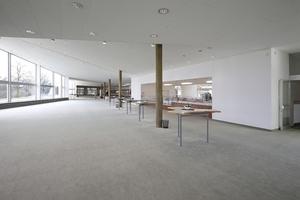 Foyer mit Stadtausblick (links) durch die neuen Panoramascheiben. Die Bronzierung der Säulen wurde aufgefrischt, unter der neuen Decke befindet sich massive Technik für mögliche Veranstaltungen im Foyer