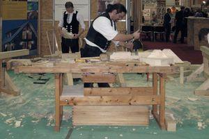 Auf der denkmal in Leipzig wird gezeigt, wie Holzteile für die Reparatur historischer Bauteile handwerklich neu angefertigt werden können