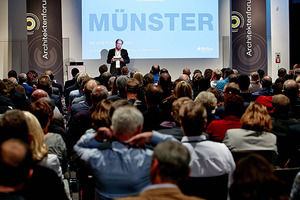 Blick in den Vortragssaal des LWL Museums in Münster. Burkhard Fröhlich, Chefredakteur der DBZ, moderierte die Veranstaltung