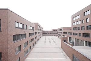 Blick vom Dach Richtung Westen. Links das Robert-Bosch-Berufskolleg als Winkelbau