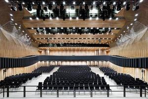 Der Konzertsaal wurde mit der Sonderlösung einer LED-Leuchte ausgestattet, die die speziellen Anforderungen von HDTV Aufnahmen an ein flimmerfreies Licht auch im Herunterdimmen erfüllt