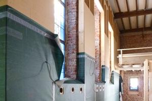 An den Außenwänden wurden Vorsatzschalen montiert. Der 20cm tiefe Hohlraum wurde später im Einblasverfahren mit Zellulose-Flocken gedämmt