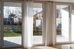 Alle Wohnungen sind für eine behindertengerechte Nutzung vorbereitet. Sämtliche Türen haben eine lichte Breite von mehr als 90 cm, die Bäder haben niveaugleiche Duschen und im Treppenauge kann ein Fahrstuhl nachgerüstet werden. In den Erdgeschosswohnungen lässt sich Barrierefreiheit ohne Zusatzkosten realisieren. Das bedeutet allerdings auch, dass sich die Wohnungen auf Straßenniveau befinden. Sind dann die Wohnräume, wie in diesem Fall, konsequent zum Garten und somit der Schlafraum zur Straße orientiert, ist der eigentliche Rückzugsraum stark der Öffentlichkeit ausgesetzt