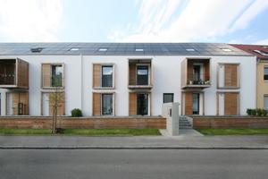 o5 architekten machen die neu geschaffenen privaten Außenbereiche, wie Balkons, Terrassen oder Anbauten, durch die Holzgestaltung kenntlich