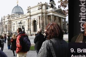Exkursionen (hier Dresden) gehörten zum Programm wie auch anregende Referenten (hier Peter Kulka)<br />