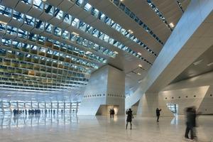 Eine öffentliche Eingangszone ermög-licht eine differenzierte Erschließung für vielfältige Personengruppen. Die Konferenzräume befinden sich auf +15,30m über der Eingangshalle