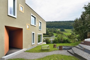 Von außen ist nicht ablesbar, dass es sich um ein Doppelhaus handelt. Dennoch sind die zwei Gebäudeeinheiten im Inneren grundverschieden