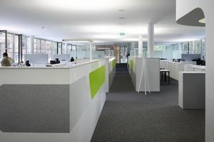 Am Ende der Büroflügel sind die verglasten Teambesprechungs- und Teamleiterbüros angeordnet<br />
