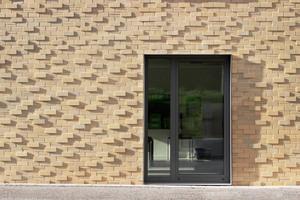 """<div class=""""13.6 Bildunterschrift"""">Die Fassaden in den Klinkersortierungen Esbjerg, Arhues und Visby von Hagemeister in jeweils zwei unterschiedlichen Formaten verleihen dem Ensemble Lebendigkeit. Die Klinker wurden als Fuß- und Kopfsortierung im Verhältnis ein Drittel zu zwei Drittel umgesetzt </div>"""
