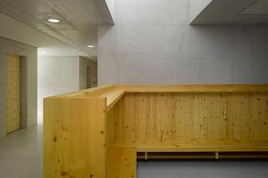 Die Garderobe dient als Schleuse zum geschützten Kindergartenraum
