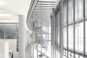 Technische Anlagen zur kontrollierten Brandrauchabfuhr basieren auf natür-lichen oder mechanischen Entrauchungssystemen wie hier in der Halle des Oeconomicums der Uni-versität Düsseldorf (rechts die gleiche Anlage im Rauchtest)<br />