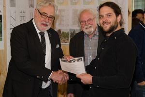 Über den ersten Preis und 300 Euro freut sich Birk Nikolai Kessel (rechts) - zusammen mit Ing. (grad.) Gerhard Volk, Landesvorsitzender BDB Hessen und Vorsitzender der Jury (links), sowie Professor Dipl.-Ing. Bernd Gronert, Lehrbeauftragter für Darstellende Geometrie, Frankfurt UAS (Mitte)