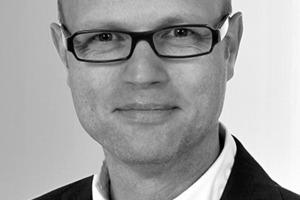 """<div class=""""fliesstext_vita""""><strong>Jürgen Einck</strong>, Leitung Fassadentechnik Köln Senior Projektpartner Prokurist<br />www.ds-plan.com</div> <div class=""""fliesstext_vita""""></div> <div class=""""fliesstext_vita"""">Jürgen Einck wurde 1967 in Vreden geboren. Nach seinem Studium des Bauingenieurwesens, FH Münster, war er Bauleiter bei Karl Schäfer in Ibbenbüren. Seit 1993 spezialisierte er sich auf Fassadentechnik und war als konstruktionstechnischer Berater tätig. Seit 2000 ist Jürgen Einck bei DS-Plan, Mülheim a.d. Ruhr, als Fassadenplaner tätig. Als Senior Projektpartner und Prokurist leitet er seit 2007 das Team Fassadentechnik in Köln. Jürgen Einck ist außerdem Mitglied in Richtlinien-Ausschüssen des VDI. Dort leitet er als Vorsitzender den Richtlinienausschuss VDI 6203 """"Fassadentechnik Planungsanforderungen"""".</div>"""