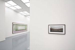 """Ausstellungsansicht ... es gibt auch kleinformatige Arbeiten zu sehen (vorne: Bibliothèque, Gursky 2011, hinten links: """"Prada II"""", Gursky 1997)"""