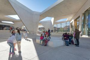 Geschütze Foyerhöfe unter perforierten Dächern erzeugen Licht- und Schattenspiele<br />