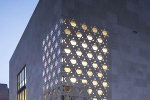 Ulmer Synagoge. Durch den diagonal ausgerichteten Sakralraum entsteht das Eckfenster, welches mit dem Motiv des Davidsternes als Raumfachwerk spielt.