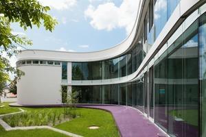 Die gebogenen Fassadengläser mit geringen Reflexions- und guten Lichttransmissionseigenschaften garantieren eine gute Tageslichtnutzung<br />