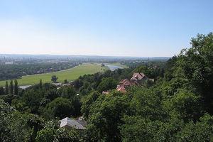 Elbtal vom Luisenhof; die Waldschlösschen-Brücke wird im Vordergrund den Blick auf Aue und die Stadtsilhouette verbauen: Welterbeanspruch verspiellt?!