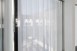 Ein außenliegender Sonnenschutz war in der Konzeption für den monolithischen, ikonenhaften Baukörpers unpassend, deshalb wurde dieser in eine Close-Cavity-Fassade (CCF) integriert