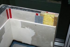Modellfoto der Außenwanddämmung mit Verbundplatte und zusätzlicher Gipskartonplatte (linker Teil) und der Dämmung der einbindenden Innenwand<br />