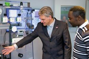 Fabrice Tchopfambie Nkameni (rechts) studiert Informations-Systemtechnik und tauscht sich mit Projektleiter Harald Schrom regelmäßig aus