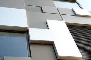Für die Fassade kamen 8250 verschiedene kubische Aluminiumkassetten, eloxiert in natur, bronce 32 und bronce 33, zum Einsatz<br />
