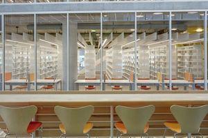 Blick aus dem Atrium in die Bibliothek gegenüber