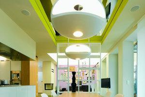 Einige Wohnungen ließ der Bauherr von renommierten Innenarchitekten gestalten: dem Münchner Danilo Silvestrin und den Stuttgartern Peter Ippolito und Gunter Fleitz, die viel Gespür für Farbe und Material bewiesen. Statt Trennwänden zonieren eingestellte Baukörper, Vorhänge, Decken- und Wandverkleidungen ihre Musterwohnung. Das Gebäude wurde im November 2008 mit einem BDA-Preis für Gutes Bauenausgezeichnet