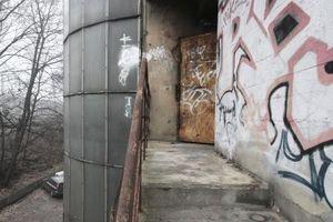Auf der Garagenrückseite Nottreppen in zeitgenössischem Sprayer-Design