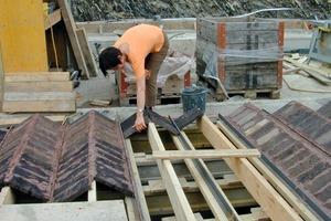 Für die Ziegelfaltdecke (Hourdisdecke) stellten die Handwerker Ziegelplatten als verlorene Schalung auf die umgekehrt eingebauten T-Stahlträger