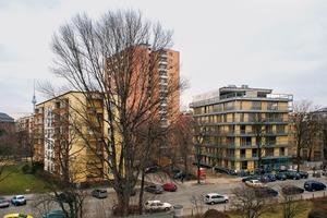 Das Wohnhaus R50 befindet sich in einem Quartier am westlichen Ende der Kreuzberger Ritterstrasse, an dem sich der Lauf des 20.Jahrhunderts und seine wechselnden Leitbilder gut mit all ihren Brüchen ablesen lassen