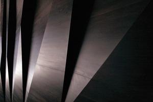 Die Verkleidung aus Ahorn hat eine akustische, aber auch optische Funktion