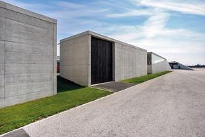 Die Lagerbaukörper sind perfekt geschalt, mit einer glatten Oberfläche, messerscharf durch klar definierte Zwischenräume voneinander abgesetzt