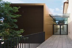 Der neue Leichtbau beinhaltet Nebenräume, Küche und Bar<br />