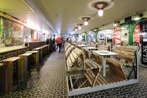 Bar und Shop im Souterrain mit Verkaufs- und Holzmöbeln auf Rollarchivgerüsten<br />