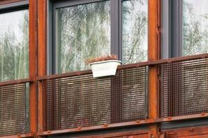 Die Container sind untereinander durch Bolzen und Stahlschuhe fest miteinander verbunden. Fehlende Längswände zwischen zwei Containern wurden durch Stahlstützen, fehlende Stirnseiten durch zusätzliche Stahlrahmen ersetzt