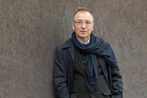 """<div class=""""fliesstext_vita""""><strong>Wiel Arets</strong></div><div class=""""fliesstext_vita""""></div><div class=""""fliesstext_vita"""">1983 beendete Wiel Arets sein Studium an der Technischen Hochschule in Eindhoven/NL. Ende der 1980er-Jahre realisierte er seine ersten kleineren Arbeiten wie etwa ein Geschäft in Maastricht (1987-88) und medizinische Zentren in Weert (1986-87) und Hapert (1988-89). Seit Anfang der 1990er-Jahre ent-</div><div class=""""fliesstext_vita"""">standen größere Projekte: die Akademie für Bildende Künste in Maastricht (1989-93) und Appartementgebäude unter anderem in Amsterdam (1990-95).</div>"""