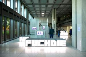 """""""Hell Yeah We Fuck Die"""" von Hito Styerl, im Foyer des großen und großartigen Bankgebäudes am Aasee"""