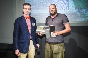 """Udo von Frydag (l.), Initiative Bauen mit Backstein, überreichte die Auszeichnung """"Winner Grand Prix"""" an Rudolf Finsterwalder (Finsterwalderarchitekten, Stephanskirchen)"""