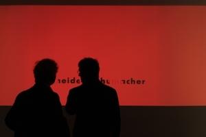 """Ausstellungsauftakt im DAM """"Schneider + Schumacher"""", davor die beiden Architekten als Schattenriss"""