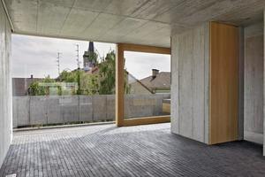 Attikageschoss: Durch den weitergeführten Tonziegelbelag verschwimmen die Grenzen zwischen Innen- und Außenraum