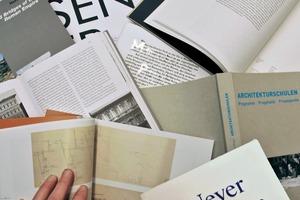 Bücherstapel mit dem Aktuellsten