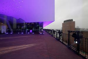 Der Eröffnungsfeierlichkeit geschuldet: farbiges Licht auf allen Außenflächen (hier noch Probeschaltungen auf der Plaza)