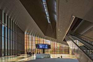 Das Erdgeschoss des Swiss Tech Convention Center in Lausanne ist als ein Volumen mit einem flexiblen und offenen Grundriss gestaltet und wird über die durchlaufende hohe Glasfassade an der Süd- und Ostseite belichtet
